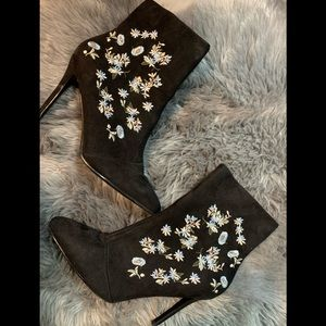 NEVER WORN SHOE DAZZEL ANKLE BOOTS